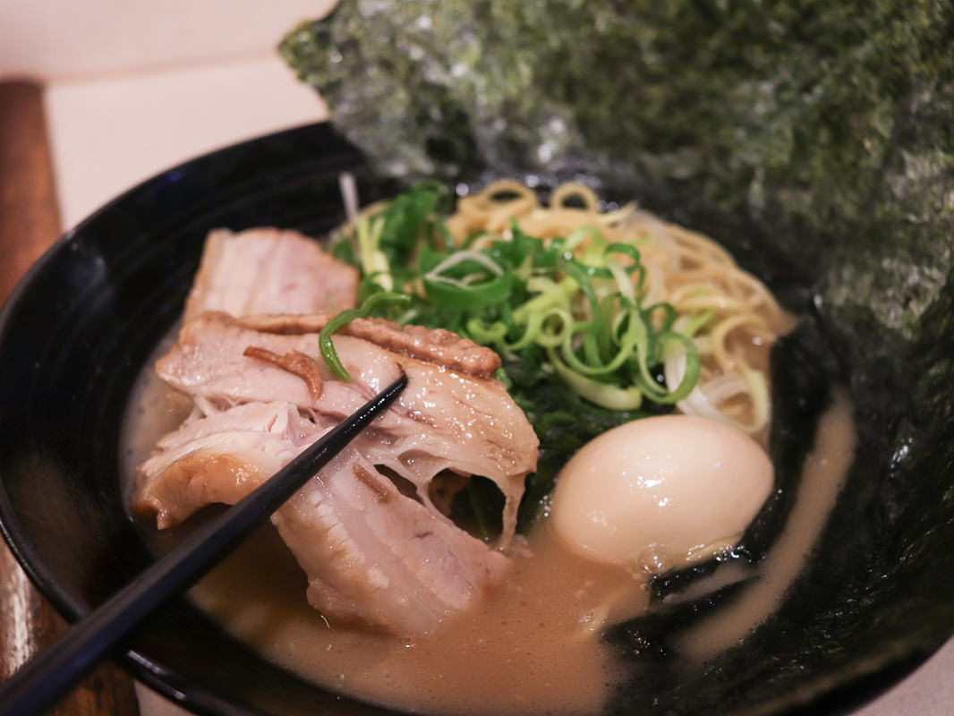 台北豚骨拉麵|橫濱家系拉麵特濃屋,濃厚豚骨湯頭叉燒美味,炸雞必點,中山美食